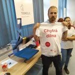 Pavel Saal ukazuje zažehlené logo DIGI Elixíru na triku